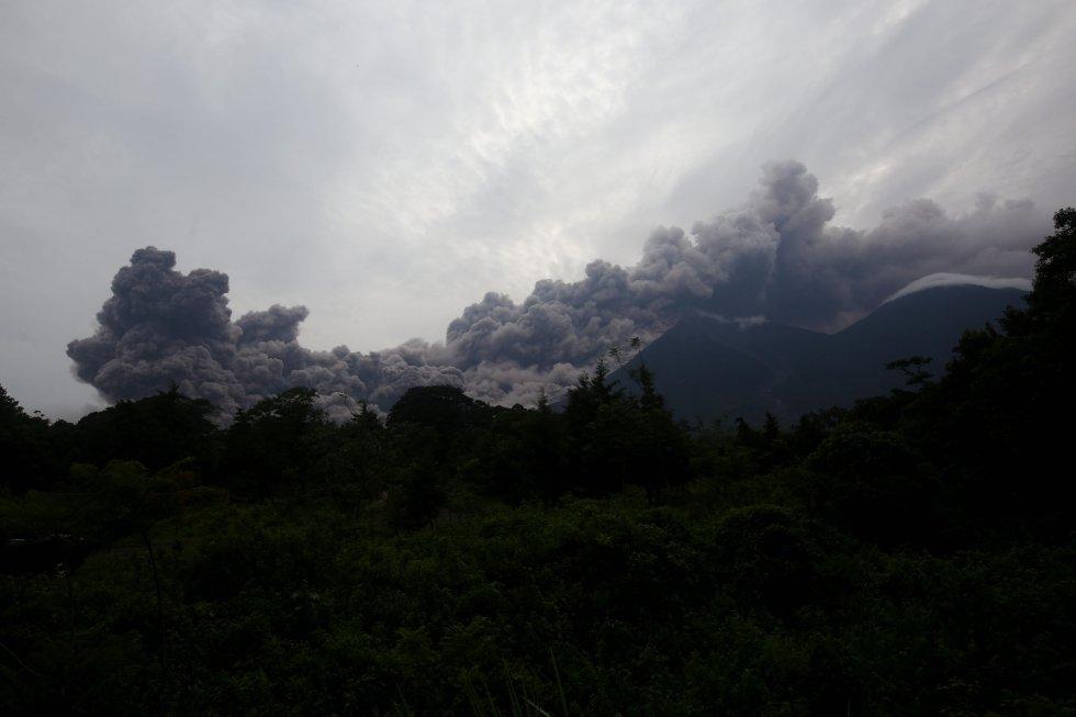 Vista de una erupción del volcan de Fuego en Alotenango, Sacatepéquez, Guatemala.