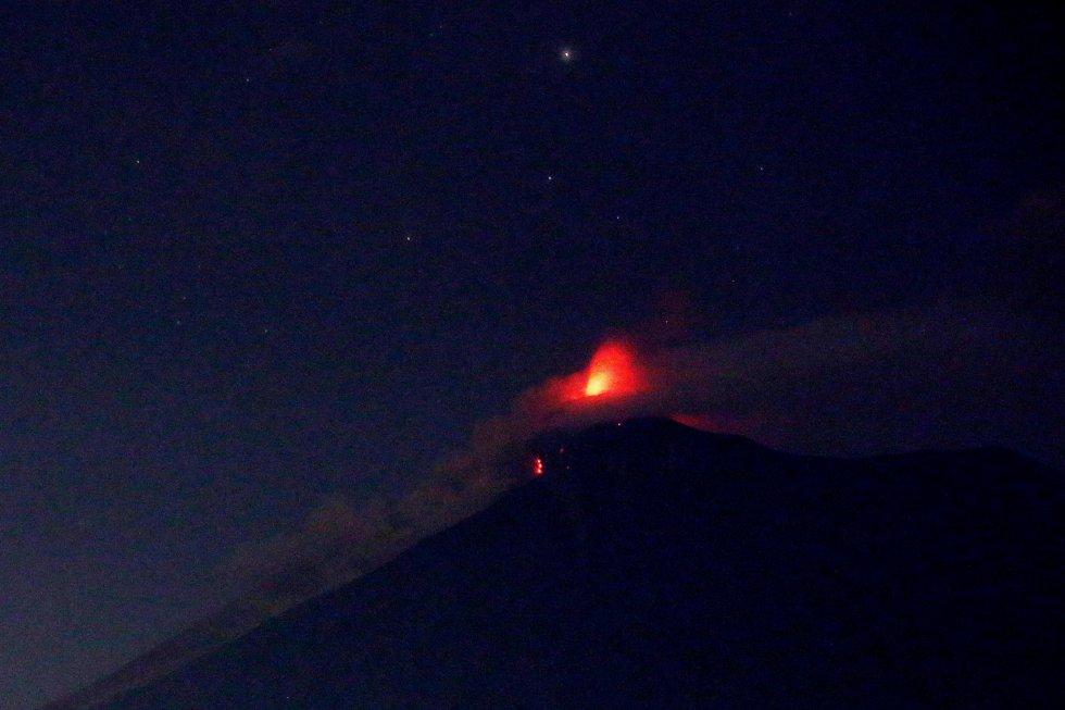 Vista del Volcán de Fuego durante la que sería la segunda erupción del 2018 y la más fuerte de los últimos años.