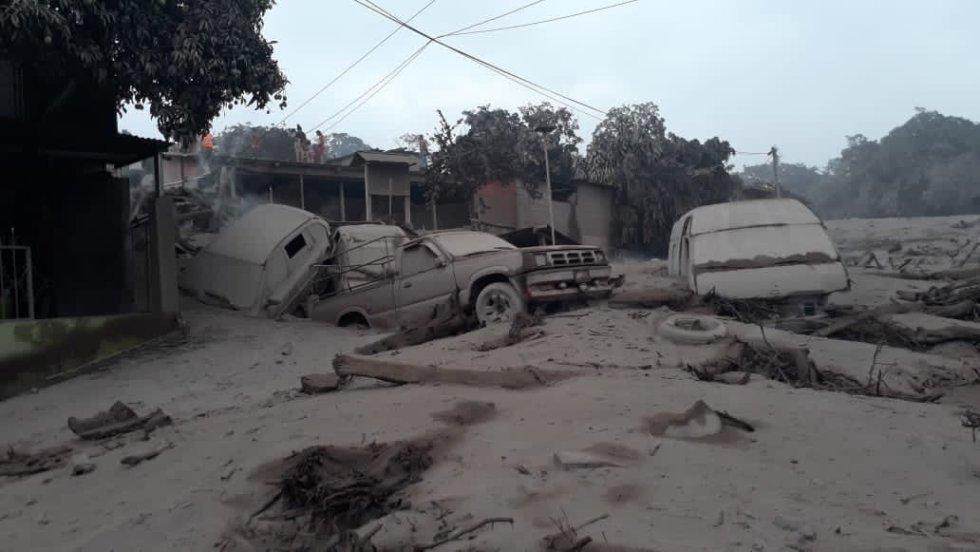 Fotografía cedida por el Ministerio de Defensa de Guatemala, de los daños después de la erupción del volcán de Fuego.