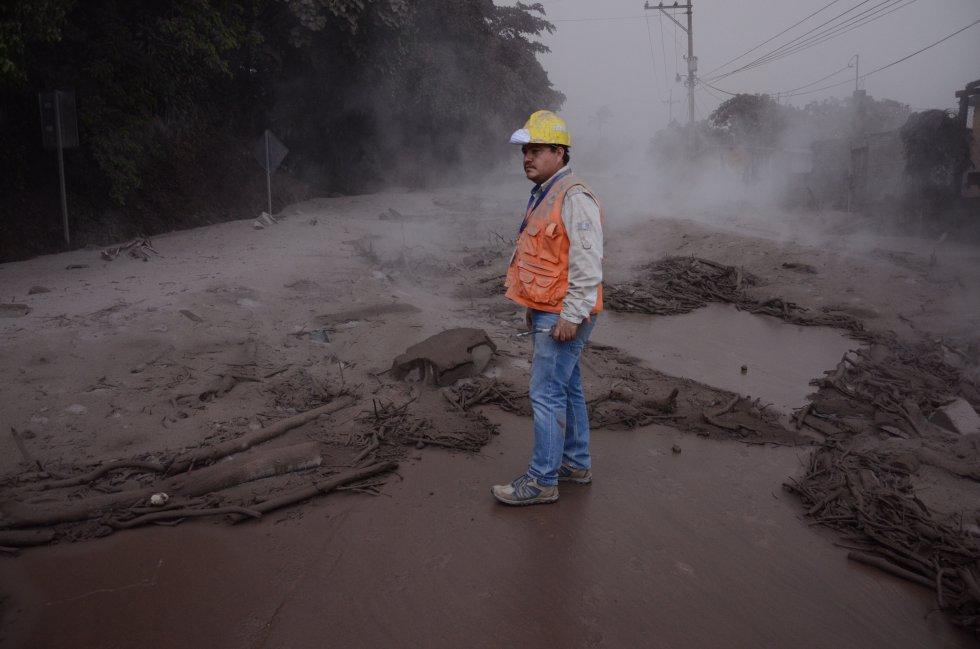 Un trabajador de la Coordinadora Nacional para la Reducción de Desastres (Conred) de Guatemala observa los daños en El Rodeo, Escuintla.