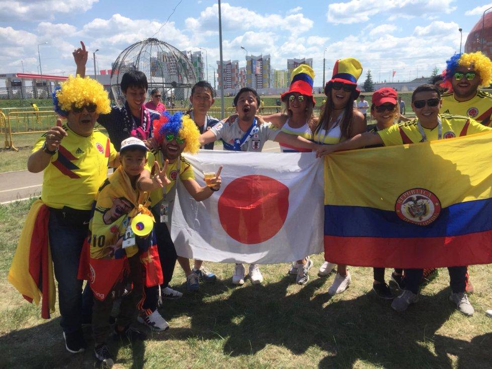 Hinchas Colombianos y Japoneses