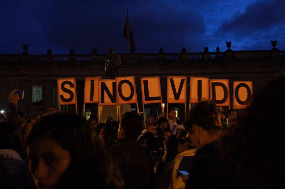 En Bogotá cientos de personas se concentraron en la Plaza de Bolívar.