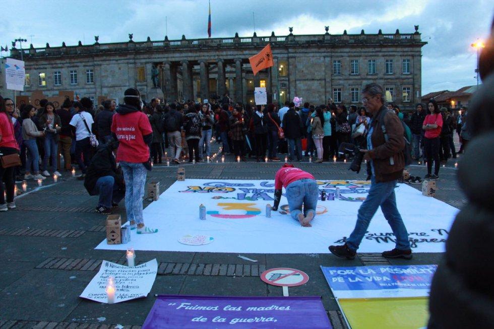 Pancartas, velas y arengas para rechazar el asesinato de líderes sociales en Colombia