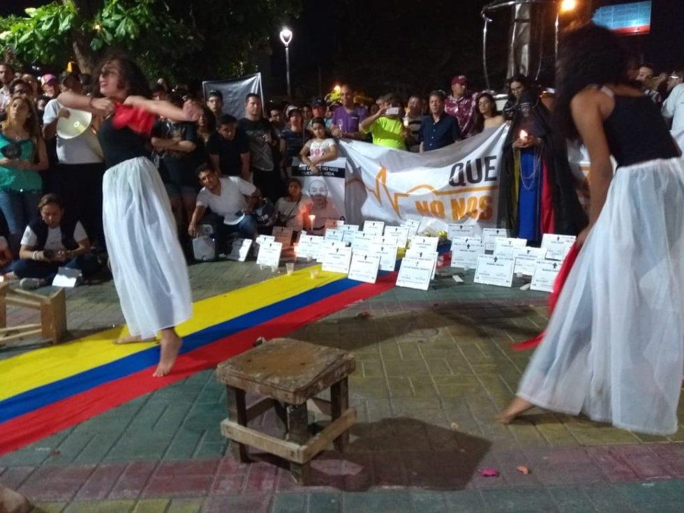 En Barranquilla, la velatón no solamente contó con velas, arengas y carteles. Bailes y puestas en escena también sirvieron para la protesta por el respeto al a vida de los líderes sociales del país.