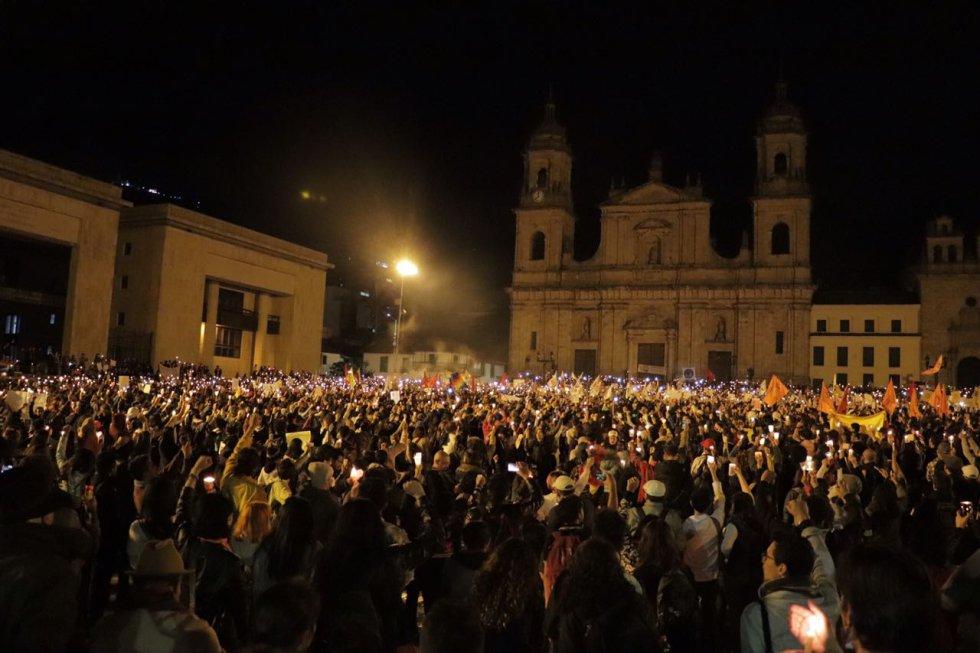 La noche cayó en Bogotá y las luces se encendieron para pedir respeto por los líderes sociales en el país.