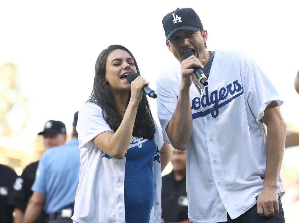 Mila Kunis cantando con su esposo Ashton Kutcher