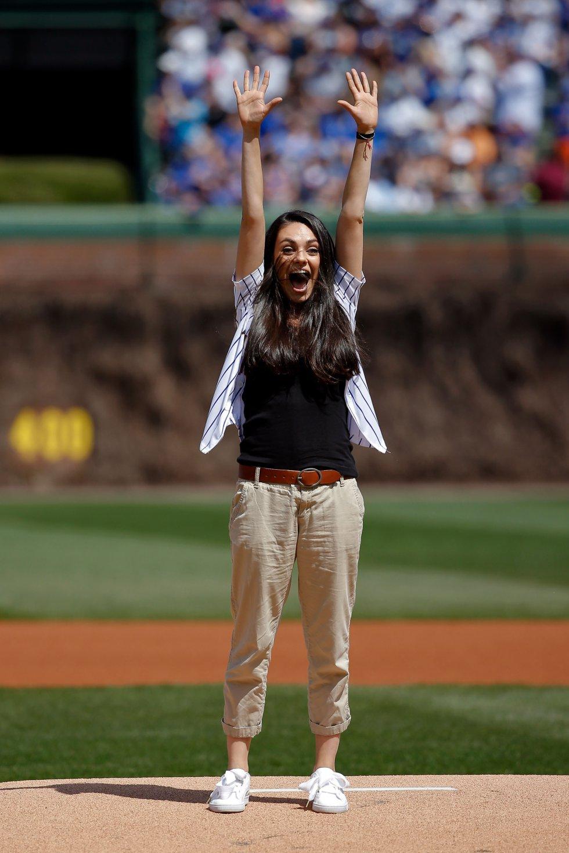 Mila Kunis celebrando un juego de béisbol