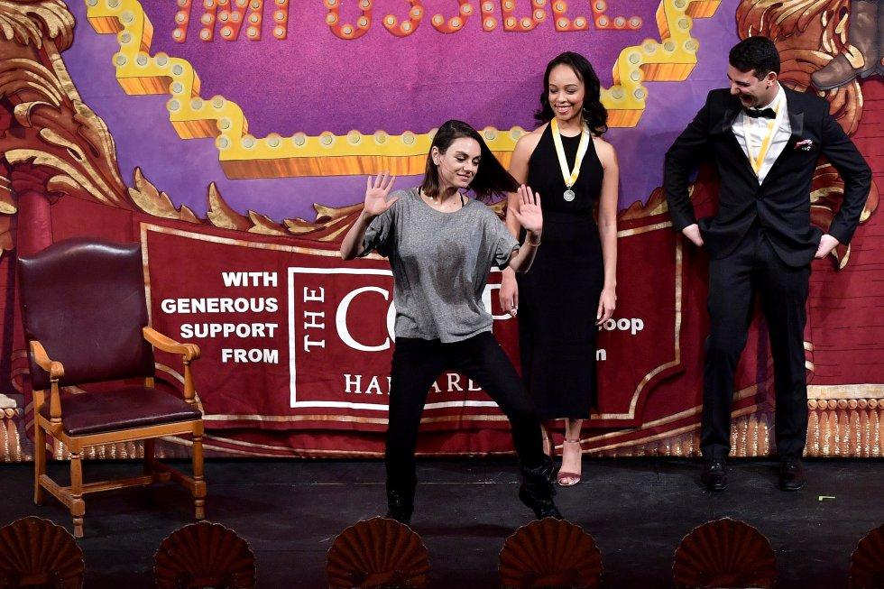 Mila Kunis bailando