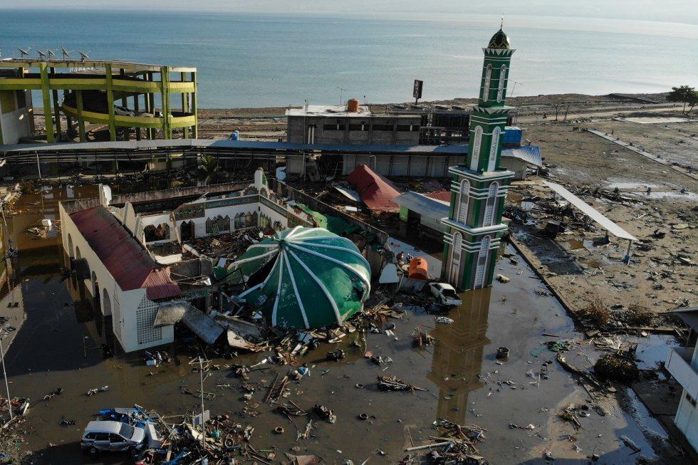 Una mezquita colapsada se representa en Palu, Sulawesi Central de Indonesia, el 1 de octubre de 2018.
