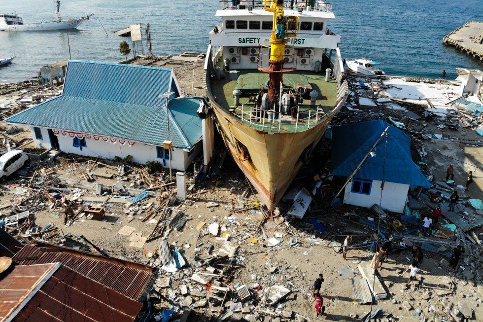 Esta fotografía aérea tomada el 3 de octubre de 2018 muestra un transbordador de pasajeros que fue arrastrado a los edificios de Wani, en Sulawesi Central de Indonesia, después de que un terremoto y un tsunami azotaron el área el 28 de septiembre.
