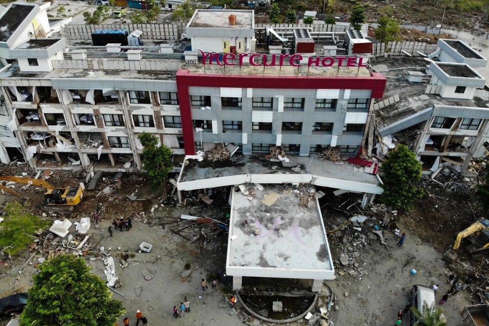 El 4 de octubre de 2018, tras el terremoto y el tsunami del 28 de septiembre, un miembro francés de los Bomberos de Emergencia Internacional y locales buscan sobrevivientes en el hotel Mercure, gravemente dañado, en Palu, en Sulawesi Central de Indonesia.