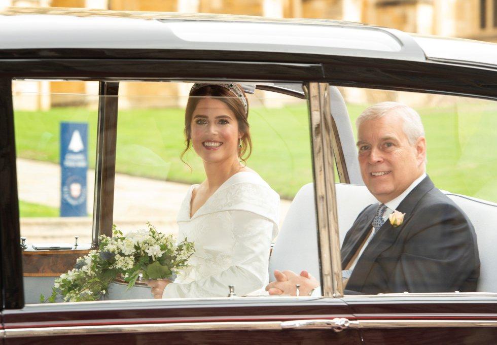 La princesa Eugenia (i) y el príncipe Andrés de York (d) a su llegada a la capilla de San Jorge en Windsor