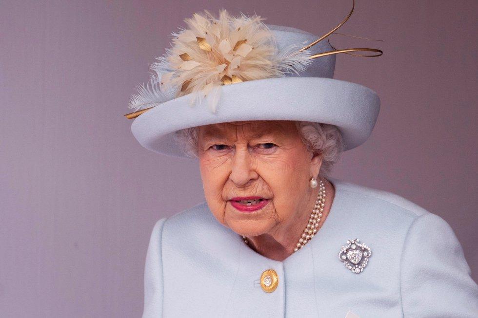 La reina Isabel II asiste al enlace de su nieta la princesa Eugenia