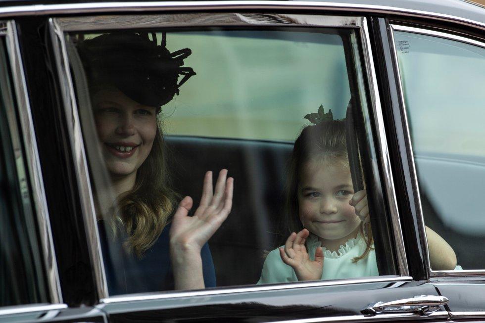 La princesa Carlota, hija de los duques de Cambridge, y Luisa Mountbatten-Windsor saludan desde un vehículo a su llegada a la capilla de San Jorge en Windsor