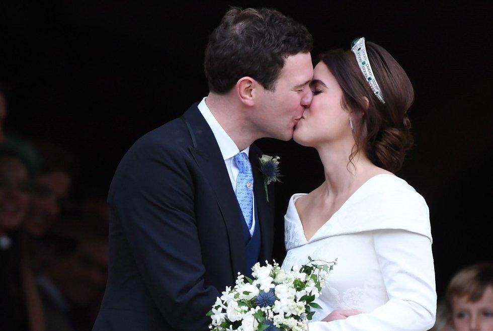La princesa Eugenia y su marido Jack Brooksbank se besan a su salida de la capilla de San Jorge en Windsor