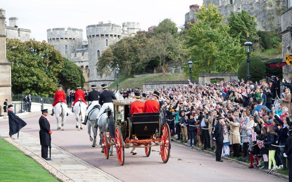 La princesa Eugenia y su marido Jack Brooksbank abandonan en un carruaje la capilla de San Jorge en Windsor