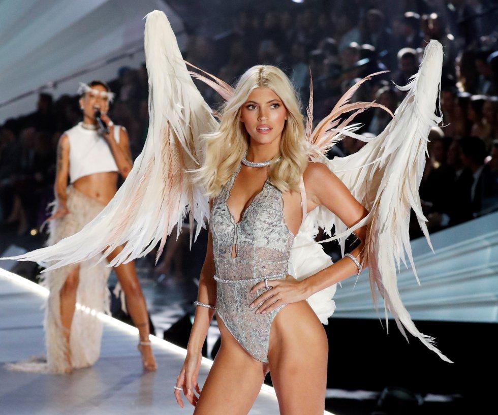 La modelo Devon Windsor exhibe un diseño de la firma de lencería Victoria's Secret en el ámbito del desfile de la marca en Nueva York