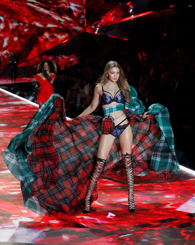 La modelo estadounidense Gigi Hadid posa en la pasarela durante el desfile de modas de Victoria's Secret