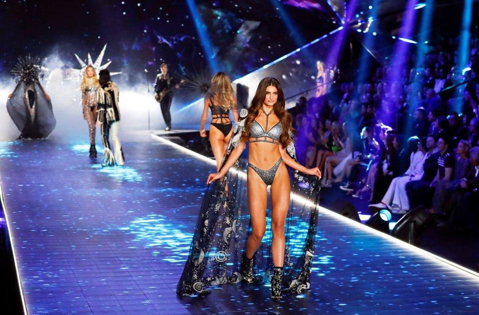 La modelo estadounidense Taylor Hill posa en la pasarela durante el desfile de modas de Victoria's Secret 2018