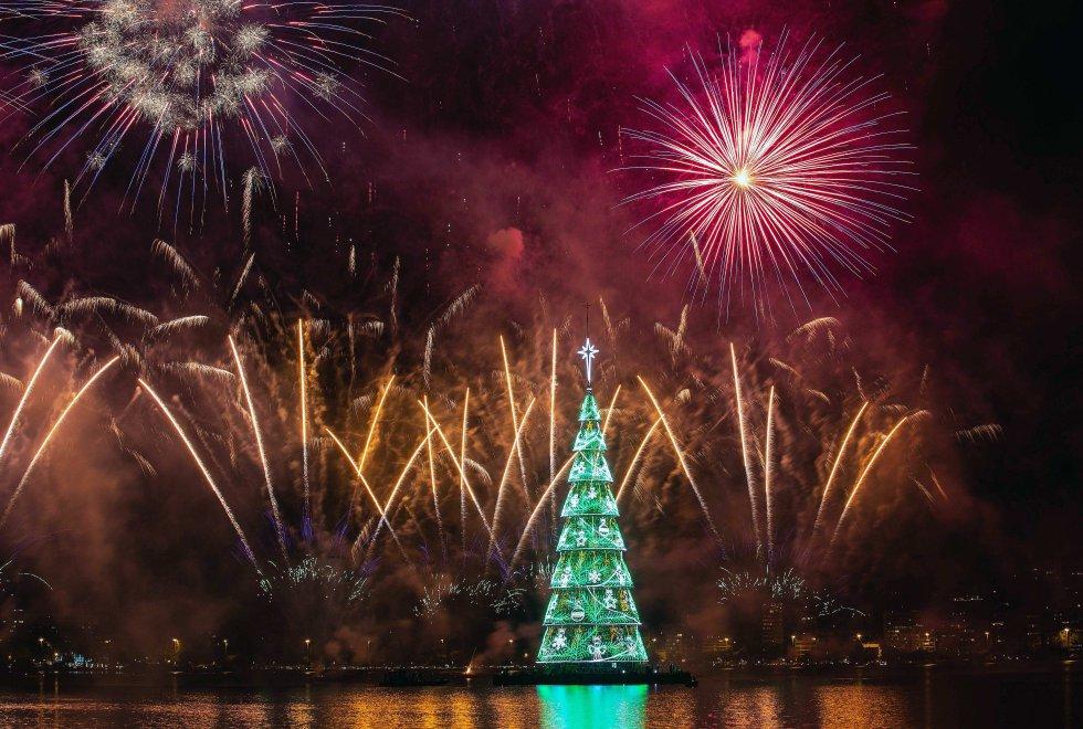 El árbol de Navidad flotante más grande del mundo volvió a brillar a partir del 1 de diciembre, en Río de Janeiro (Brasil), acompañado de un espectáculo pirotécnico que reunió a miles de personas en la ciudad más emblemática de Brasil. El árbol, una estructura metálica de 70 metros de altura y compuesto por 900.000 bombillas led, fue iluminado sobre la Laguna Rodrigo de Freitas, en la zona sur de la capital fluminense, tras dos años sin hacerlo.