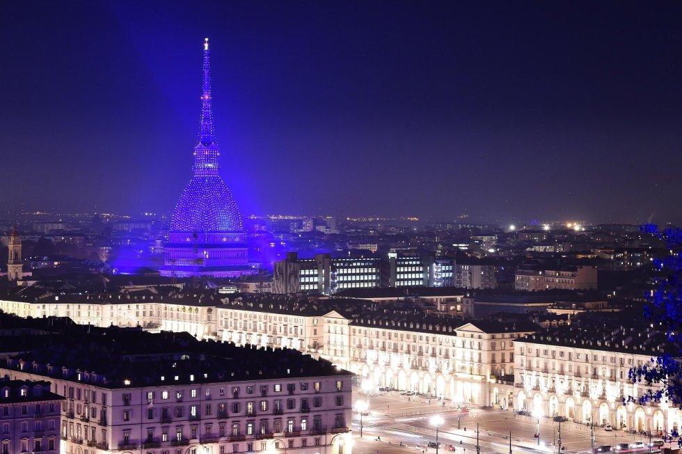 El edificio Mole Antonelliana aparece iluminado con motivo de la llegada de la Navidad, en Turín (Italia)