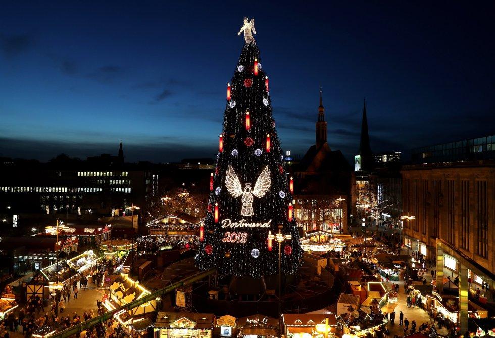 Un árbol de Navidad ha sido instalado en el mercadillo de Dortmund, Alemania, el 4 de diciembre del 2018. Mide 45 metros de altura y está hecho con ramas de 1.700 píceas, y decorado con 48.000 luces