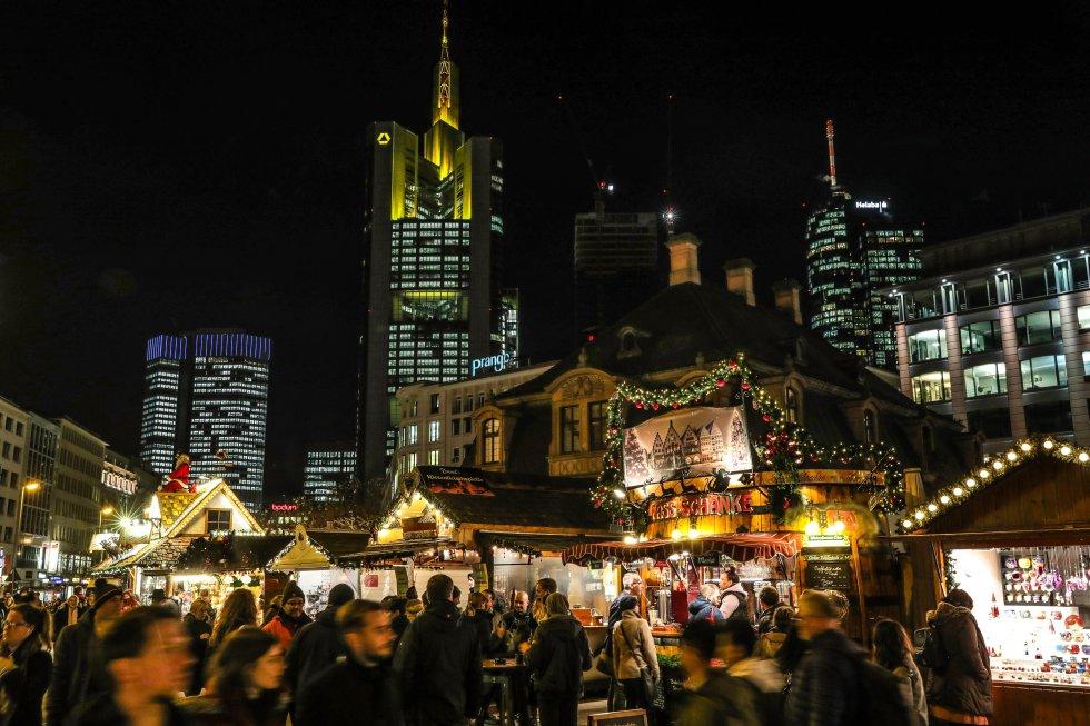 Decenas de personas asisten , al mercado de navidad de Fráncfort del Meno (Alemania).