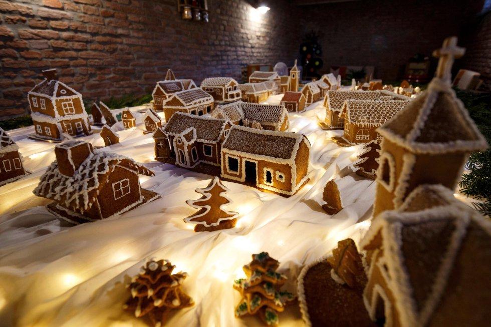 Vista de un modelo a escala de una aldea húngara hecha de galleta de jengibre en Szepetnek, a 220 km de Budapest (Hungría). Para la maqueta se han usado más de 20 kilos de harina.