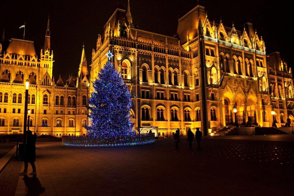 Vista de un árbol de navidad iluminado delante del Parlamento en la plaza Kossuth de Budapest (Hungría)