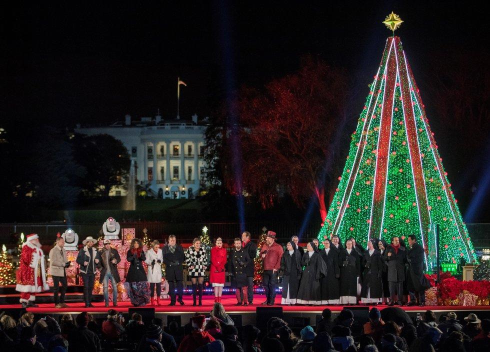 Vista de la ceremonia de iluminación del Árbol de Navidad Nacional, en The Ellipse, en President's Park, al sur de la Casa Blanca, en Washington (EE.UU.).