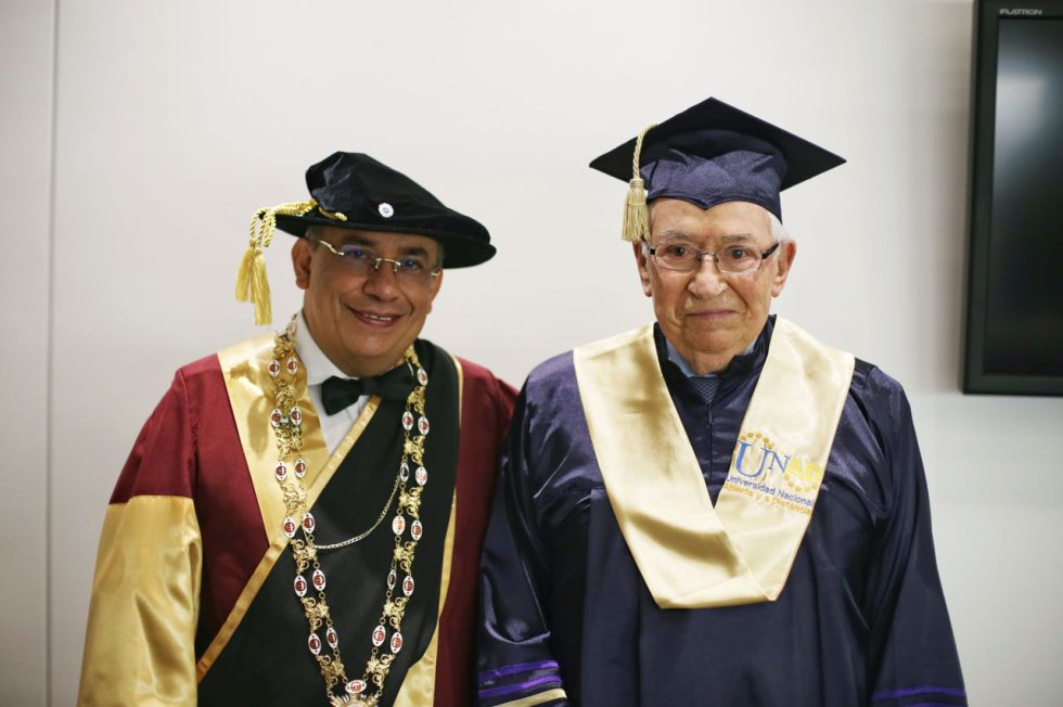 La Universidad Nacional Abierta y a Distancia -UNAD- le otorgó el titulo de Doctor Honoris Causa en Educacion a Distancia y Tecnologia Instruccional al expresidente de la Repúblcia Belisario Betancur