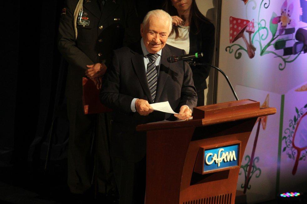 El ex presidente Belisario Betancur en el teatro de Bellas Artes de Cafam. celebración del Festival Iberoamericano de literatura infantil.