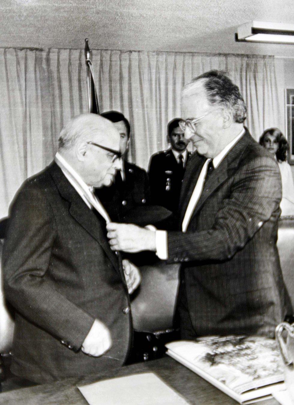 El ex presidente Carlos Lleras Restrepo es condecorado por el ex presidente Belisario Betancur