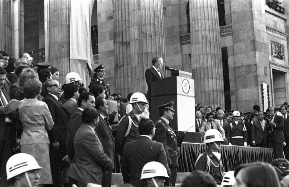 La posesión de 1982, en la que asumió Belisario Betancur como presidente de la república, fue la primera que termino en el Palacio de Nariño