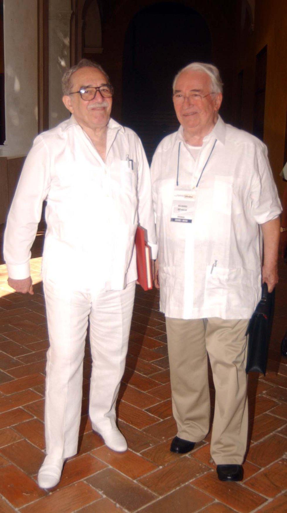 El ex presidente de Colombia, Belisario Betancur y el premio nobel de literatura, Gabriel García Márquez caminando juntos en Cartagena