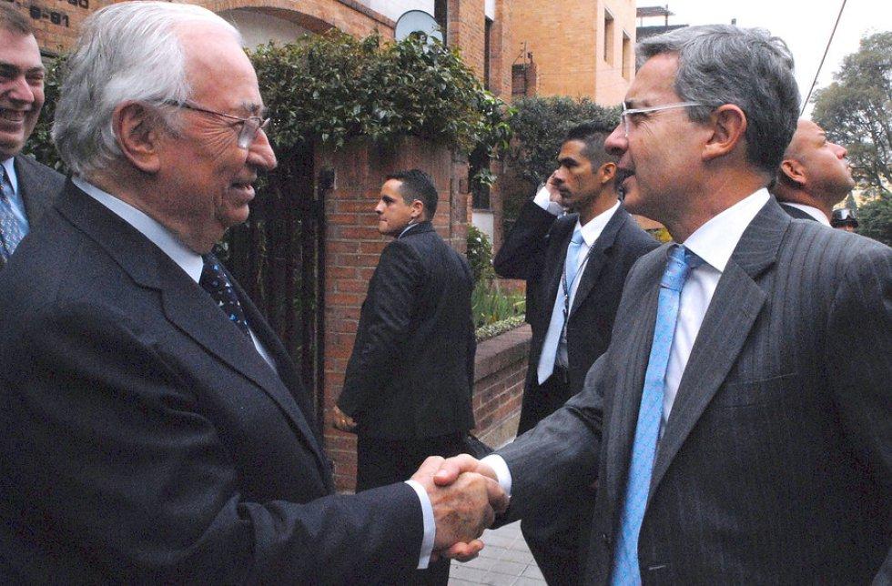 Belisario Betancur acompañado de Álvaro Uribe Velez