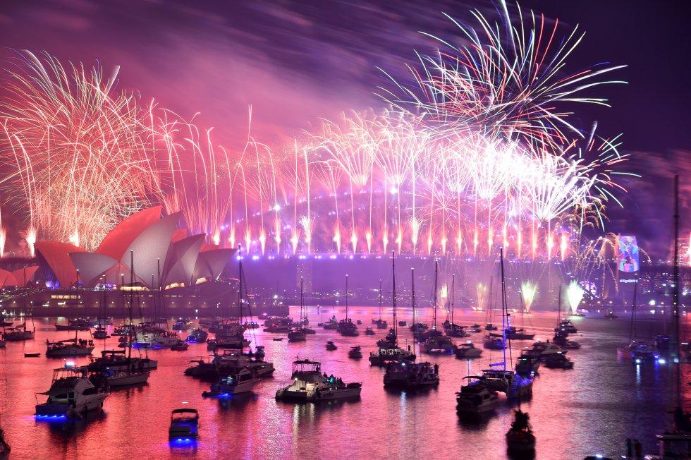 Los fuegos artificiales de la víspera de Año Nuevo estallan sobre el icónico Harbour Bridge y Opera House de Sydney durante el espectáculo de fuegos artificiales