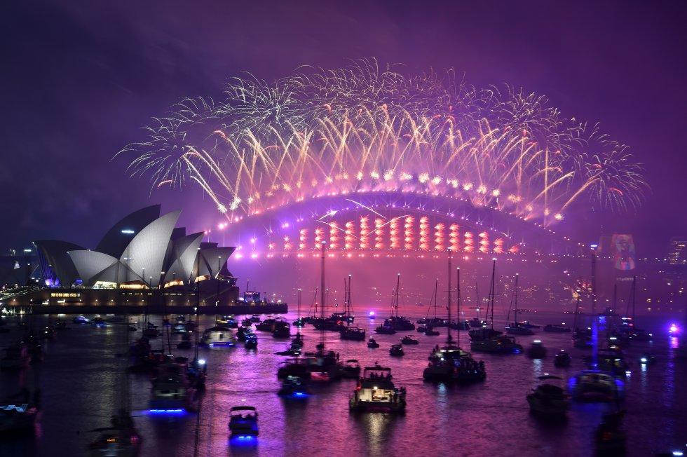 Los fuegos artificiales de la víspera de Año Nuevo estallan sobre el icónico Harbour Bridge y Opera House de Sydney durante el espectáculo de fuegos artificiales.