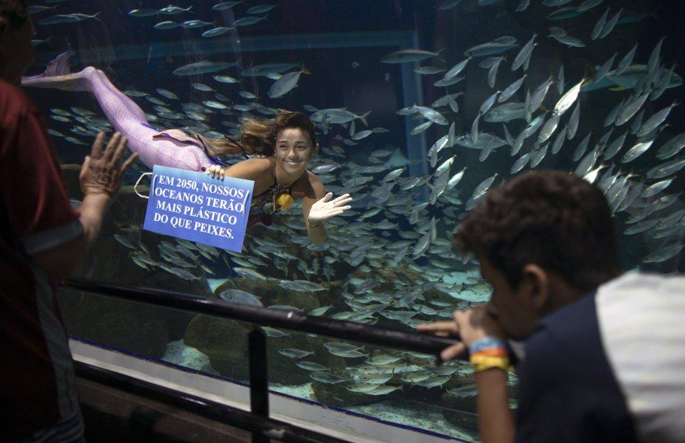 Isabela Cardoso aprovecha la dedicada atención de la audiencia para transmitir mensajes escritos en placas azules que ella sujeta.