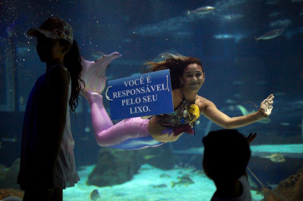 """""""La vida vino del mar, entonces ¿Por qué no tratamos de cuidar los océanos? Uso la imagen de una sirena para llamar la atención y explicar cómo la contaminación mata."""