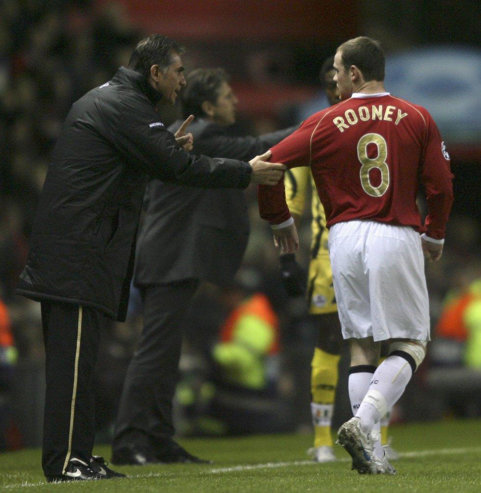 Queiroz dando indicaciones a Wayne Rooney