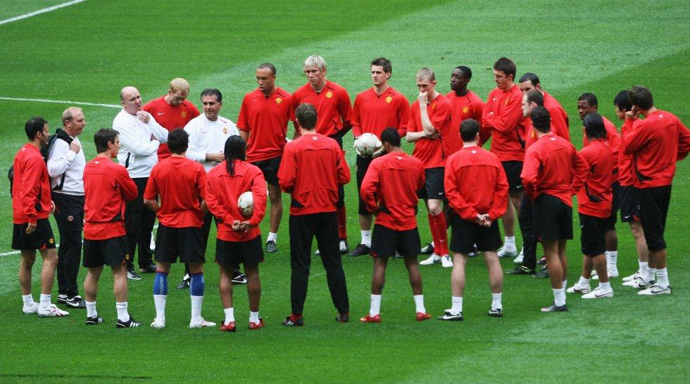 Queiroz dirigiendo un entrenamiento del Manchester United como asistente técnico