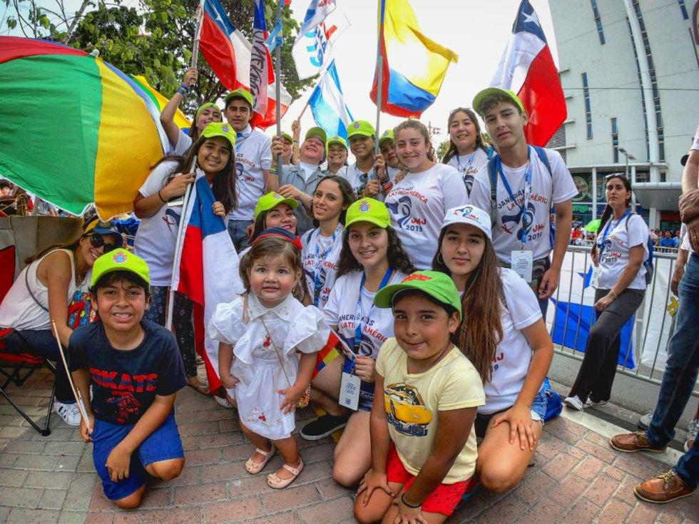 visita papa en Panamá: Miles de peregrinos cubiertos de banderas reciben al papa en Panamá