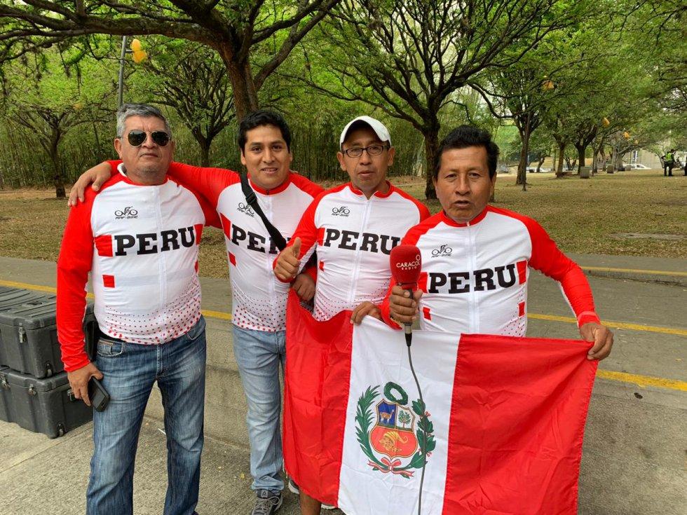 Un grupo de peruanos llegó hasta Medellín para ver el Tour Colombia