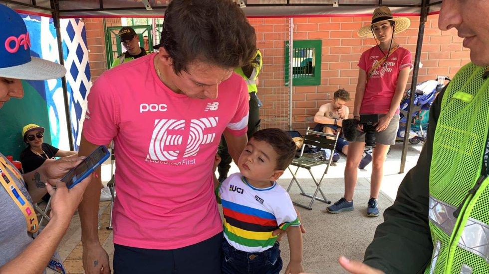 Rigoberto Urán comparte con un niño luego de la cuarta etapa