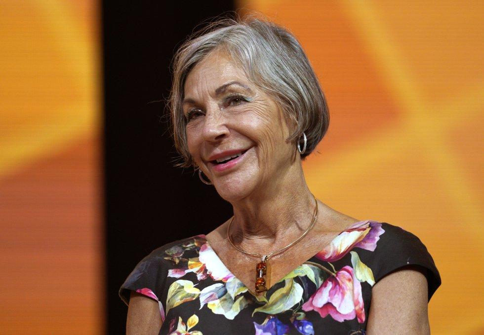 Ocupa el puesto número 17 y es la segunda mujer más rica del mundo con  US$45.000 millones. Es la hija del fundador de los supermercados  Wal-Mart, aunque Alice Walton se dedica al mundo del arte.