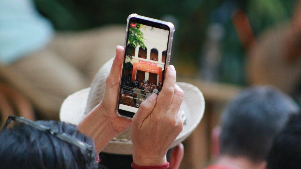 Los celulares se convierten una alternativa de registro para los asistentes que quiere llevarse un recuerdo