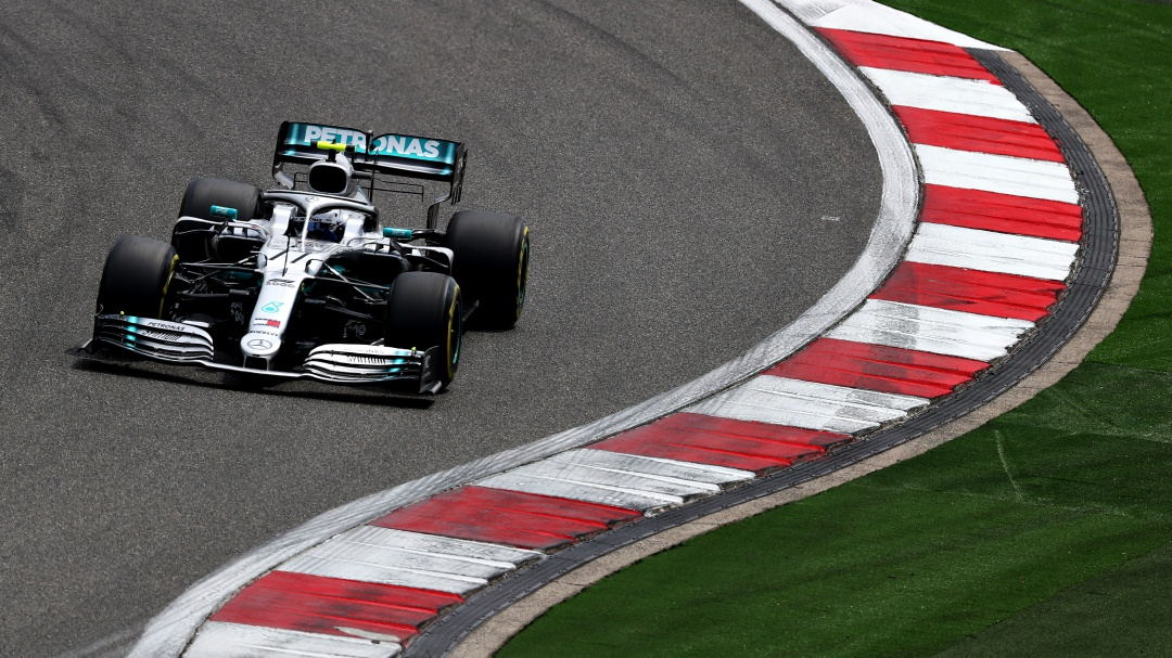 Bottas ganó la 'Pole' y defenderá su liderato en China