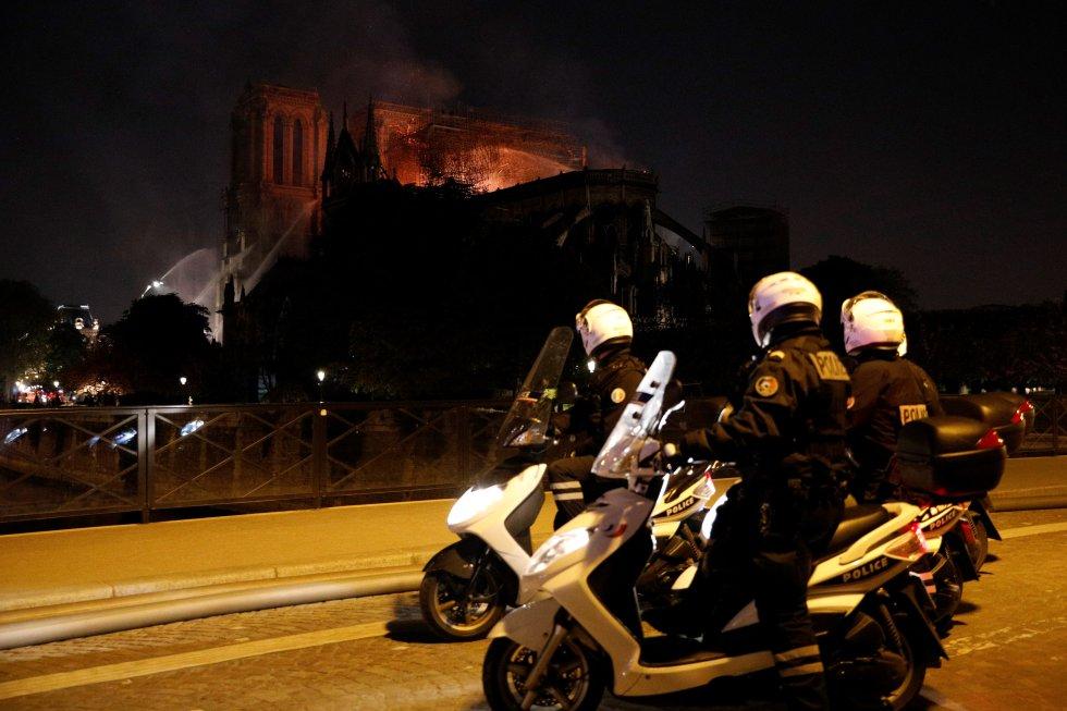 """Un agente de policía que llegaba por uno de los puentes se dio media vuelta boquiabierto y exclamó: """"Dios mío""""."""