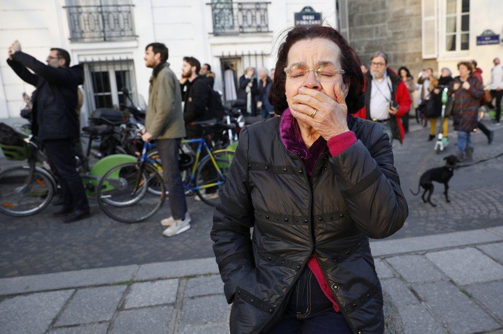 Otra mujer que se acercó estaba demasiado afectada -las lágrimas resbalaban por sus gafas- para hablar con los periodistas.